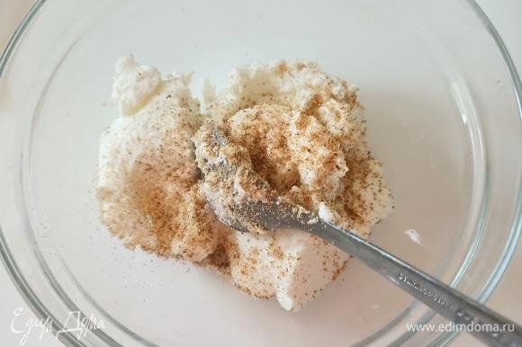 Тем временем приготовим начинку. Рикотту солим, добавляем мускатный орех и перемешиваем.