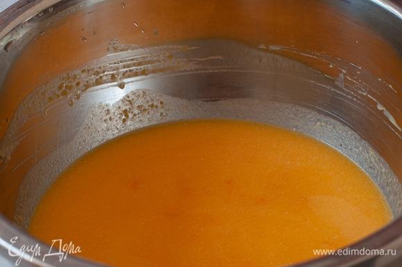 Тыквенное пюре. Я запекала тыкву при 200°C в течение 20 минут. Затем пюрировала блендером. Масло растопить. Смешать с тыквенным пюре, добавить сахар и желтки. Все перемешать до однородности.