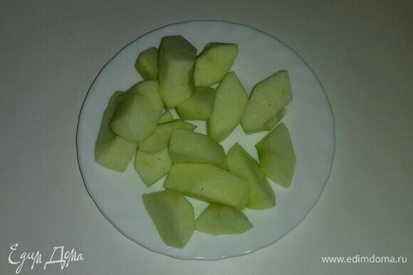 Яблоко очищаем от кожуры и семян, а затем режем крупными кусочками.