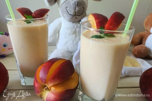 Готовый смузи разливаем по стаканам, украшаем листиками мяты и кусочками нектарина. Приятного аппетита!