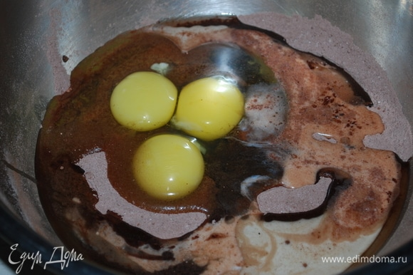 Для бисквита надо соединить все сухие ингредиенты, перемешать и добавить яйца, растительное масло и молоко.