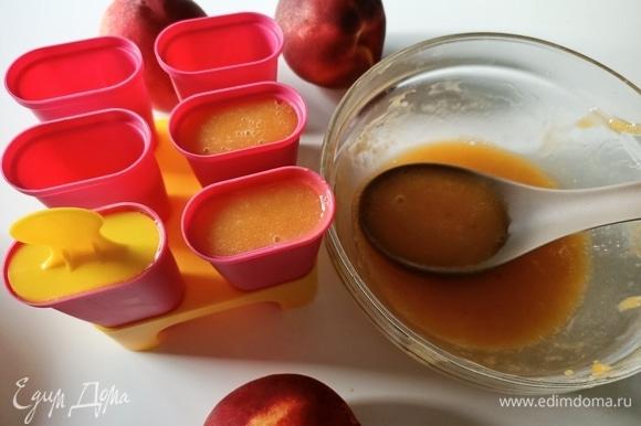 Влейте смесь в специальные формочки для мороженого или в пластиковые стаканчики, не доходя до верха 1–1,5 см, так как при замерзании фруктовый сок может увеличиться в объеме. Отправляем в морозильную камеру на 5–6 часов, лучше — на ночь.