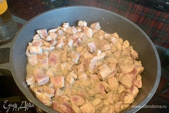 Нарежьте индейку небольшими кусочками и быстро обжарьте на раскаленной сковороде около 5 минут, посолите и поперчите, выложите.