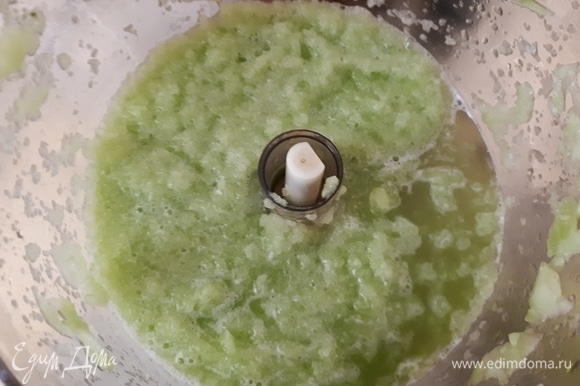 Огурцы (у меня среднего размера, примерно 15 см в длину) очистить от кожицы и измельчить в пюре при помощи комбайна или погружного блендера.