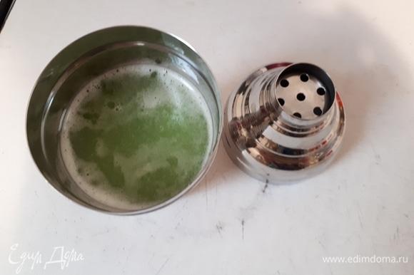 Взболтать в шейкере огуречный и лимонный соки с сахарным сиропом. Вместо сиропа можно положить 1 столовую ложку жидкого меда.