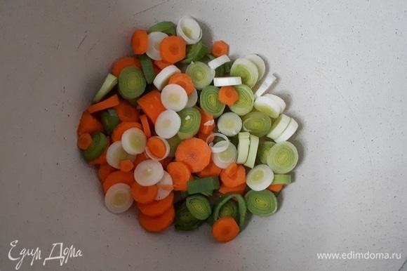 Очистите и нарежьте морковь, обжарьте слегка с луком-пореем.