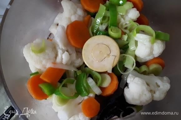 В кухонный комбайн положите овощи, чеснок, перец чили, добавьте немного креветочного бульона и измельчите в пюре.
