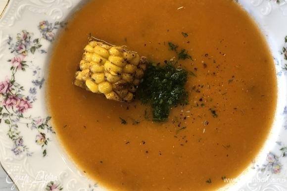 У меня был качан сваренной кукурузы, который я нарезал и обжарил в сливочном масле с чесноком, для украшения супа. Добавьте мелко нарезанный укроп. Приятного аппетита.
