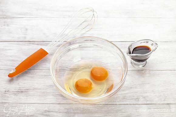 Приготовьте панировку. Соедините яйца с соевым соусом. Взбейте венчиком.