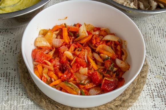 На дно огнеупорной формы выкладываем овощи. Готовила эту запеканку в замечательном подарке от команды «Едим Дома» — жаропрочной форме Luminarc Diwali. Прямо в форме можно подавать блюдо на стол, очень аппетитно и красиво!
