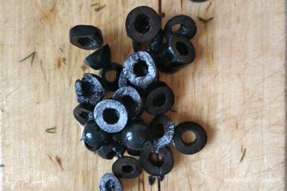 Нарезать оливки колечками.