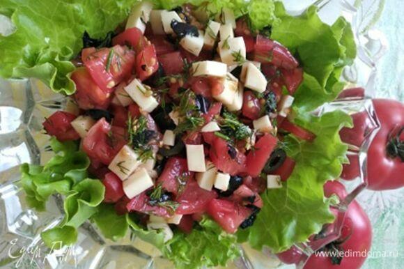 Все ингредиенты смешать, посолить, поперчить по вкусу. Заправить соусом ткемали. Салатник выложить листьями салата, переложить в него тартар. Приятного аппетита.