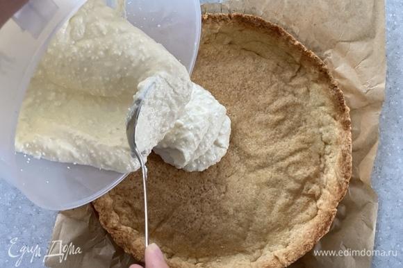 В готовую основу выложить крем.