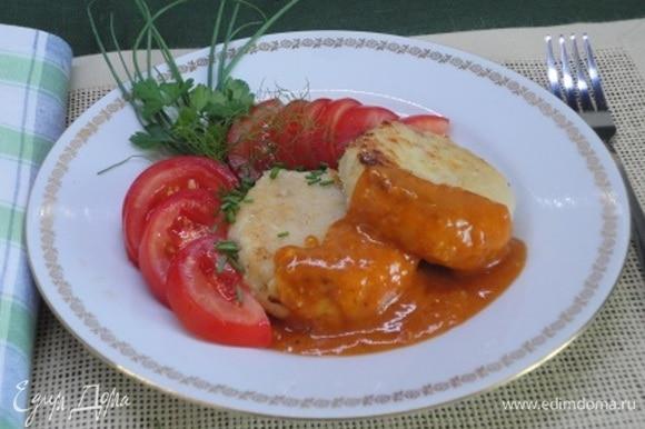 Подавать со свежими овощами, зеленью и красным соусом https://www.edimdoma.ru/retsepty/139725-shnitsel-s-risom-i-syrom.