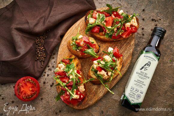 На поджаренный хлеб выложите салатную смесь и подавайте.