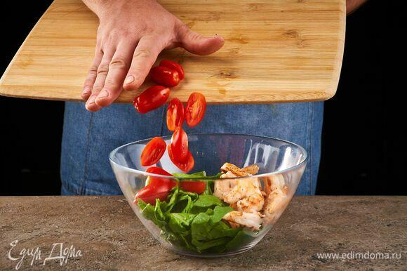В салатник выложите шпинат, разрезанные пополам черри, креветки.