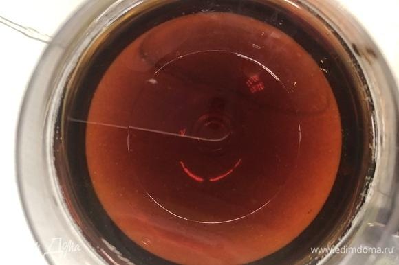 Смешиваем яблочный сок с соевым соусом и яблочным уксусом.