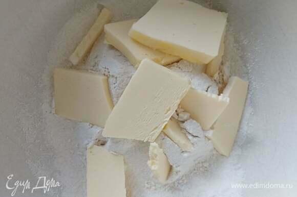К просеянной муке добавить щепотку соли, сахар, нарезанное на кусочки сливочное масло. Маслу предварительно дать размягчиться при комнатной температуре. Пальцами сделать крошку. Добавить яйцо и замесить тесто. Завернуть в пищевую пленку и отправить в холодильник на 30 минут.
