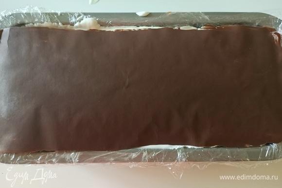 На дно формы выкладываем крем, затем — шоколад, снова крем и шоколад, так повторяем до полного заполнения формы, оставив немного сливочного крема для украшения. Последним слоем должен быть шоколад. Накрываем форму фольгой и отправляем в морозильную камеру на 8 часов.