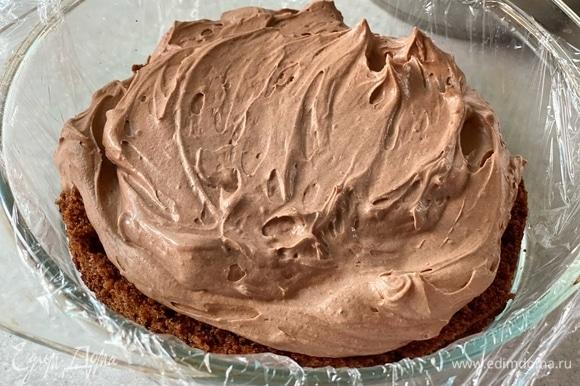 Сверху выложить вторую часть бисквита. Намазать торт кремом снаружи. Украсить тертым шоколадом.