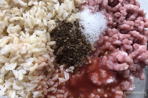 Рис отвариваем в подсоленной воде до состояния альденте, перемалываем фарш, смешиваем с рисом в пропорции 1:1, добавляем перетертый через сито помидор, по 1 ч. л. соли и перца.