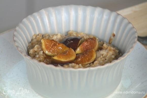 Готовую кашу выложить в глубокую тарелку, добавить инжир вместе с карамельным соусом, украсить все взбитыми сливками.