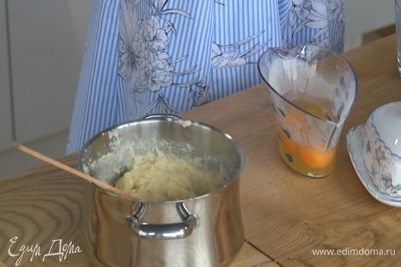 Продолжая перемешивать, всыпать в тесто фундук, затем по одному ввести яйца и дать постоять несколько минут.