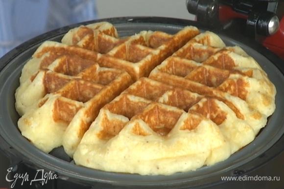 Вафельницу смазать растительным маслом и пожарить вафли.