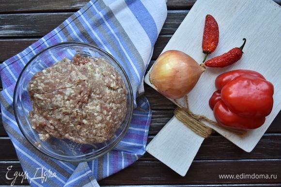 В своем рецепте использую смесь фарша из мяса говядины и жирной баранины. Говядину беру рубленую, а баранину перекручиваю на мясорубке с крупной решеткой.