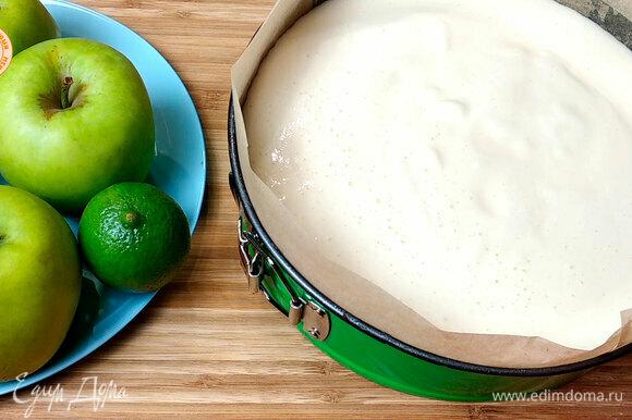 Соединяем и ставим в духовку. Выпекаем при 170°C первые 15 минут и далее при 150°C 30 минут. Диаметр формы — 26 см.