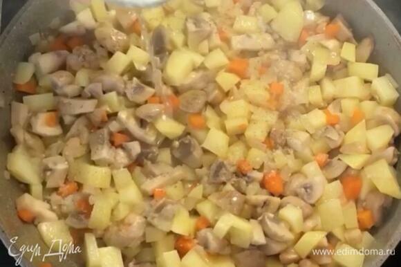 На разогретую сковороду кладем чеснок, затем лук и морковь, обжариваем 2 минуты, добавляем грибы, обжариваем еще 2–3 минуты. Добавляем картофель, мешаем и вливаем стакан воды. Тушим все это на медленном огне минут 15, пока картофель не будет готов.