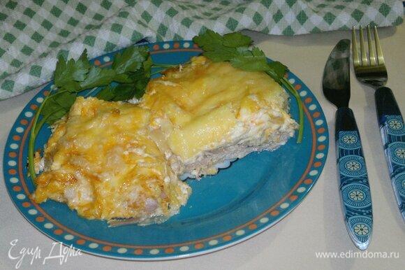 Подавать к столу горячим. На гарнир можно предложить отварной рис, картофельное пюре или салат из свежих овощей. Угощайтесь! Приятного аппетита!