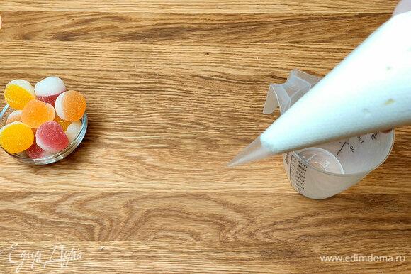 Готовим творожный крем: взбиваем сливки с сахарной пудрой, взбиваем масло и добавляем в него творог. К творожной смеси добавляем масляную.
