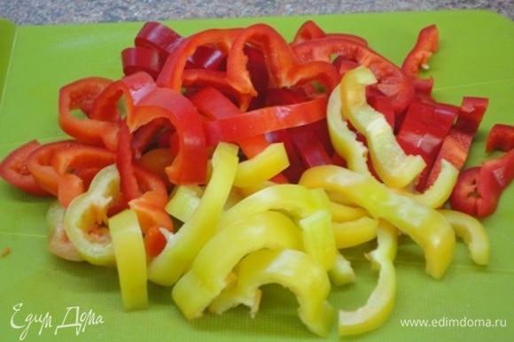 Перцы (можно одного цвета или, наоборот, разных цветов) очистить от семян и нарезать полосками.