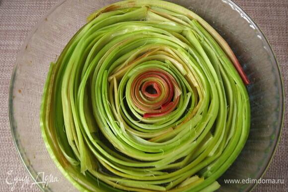 Предлагаю расположить полоски в форме, в которой будет готовиться пирог, так легче сориентироваться в количестве продукта.