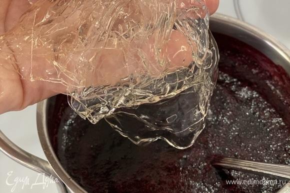 Приготовим мусс. В черничное пюре добавить сахар, довести до кипения. Листовой желатин замочить в ледяной воде для набухания. Отжать желатин и ввести в горячее пюре. Хорошо перемешать.