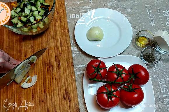 Готовим шопский салат. Нарезаем перец, огурцы, помидоры и луковицу.