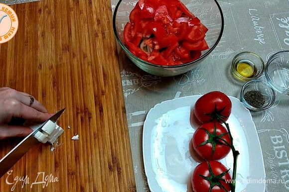 Добавляем фету, оливковое масло и сушеный базилик.