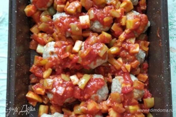 Фрикадельки снять с пергамента и выложить в форму для запекания. Сверху выложить соус. Накрыть фольгой и отправить в духовку на 30–40 минут. Подавать с любимым гарниром. Можно посыпать зеленью. Приятного аппетита!
