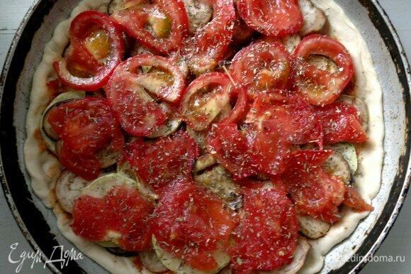 Помидоры вымыть, обсушить, нарезать тонкими кружками. Выложить кружки помидоров на овощи. Посыпать сушеным тимьяном.
