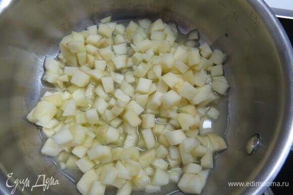Яблоко, нарезанное на маленькие кусочки, прогреваем в сотейнике с соком лайма и водой до 40°C.