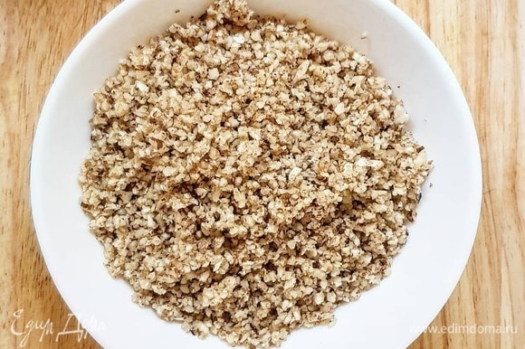 Орехи измельчите вместе с зубчиком чеснока и частью кинзы в блендере до однородной массы.