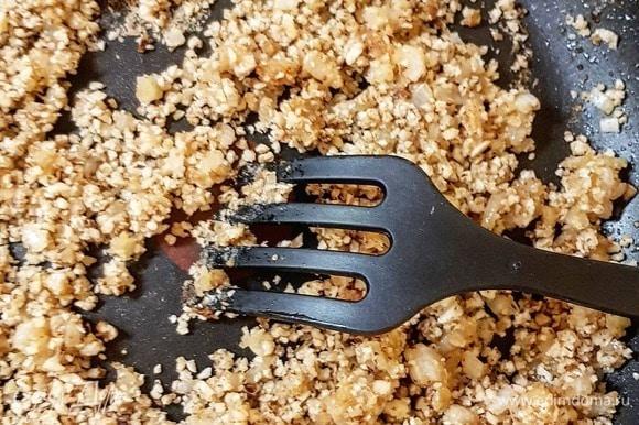 Мелко порубите лук. Пассеруйте его на остатках сока и жира от курицы. Добавьте муку, снова прожарьте. Добавьте ореховую смесь. Прожарьте еще пару минут.