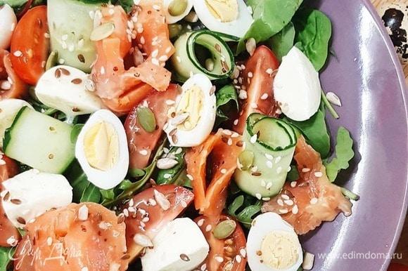 Отварите яйца. Почистите. Насладитесь этой рефлексией стягивания скорлупы с мини-яичек. Сделайте заправку. Возьмите 3 ч. л. горчицы, 2 ст. л. масла, 1 ст. л. винного уксуса, чеснок, анчоусы, петрушку и перемешайте в блендере или взбейте вилочкой в миске. Скорректируйте вкус: добавьте соль, сахар и перец по желанию.