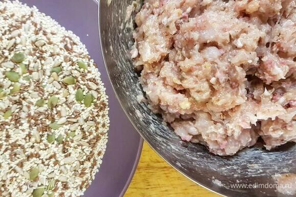 Готовим панировку. Высыпаем семена кунжута и тыквы. Разогреваем сковороду. Если есть гриль — супер! Вливаем масло.