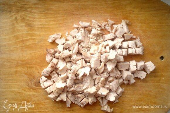 Остывшее куриное филе нарезать небольшими кусочками.