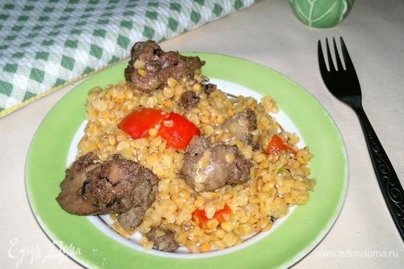 Разложить теплый салат из чечевицы с куриной печенкой по порциям. Угощайтесь! Приятного аппетита!