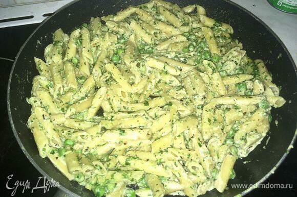 Перемешиваем сливки и шпинат с макаронами. Сливки должны немного покипеть и слегка загустеть. Выключить огонь, закрыть крышкой и дать постоять 10 минут.