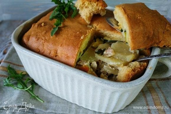 Дать пирогу после духовки 10–15 минут отдохнуть и подавать к столу. Начинка у пирога получается сочная, а тесто — мягкое и нежное. Приятного аппетита.