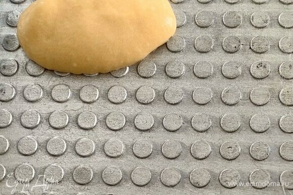 Вафельницу хорошо разогрейте (примерно 2 минуты), кисточкой смажьте поверхность растительным маслом (смазывайте перед выпеканием каждой трубочки) и выложите одну столовую ложку теста. Вафельницу закройте и выпекайте вафлю около 30 секунд, а затем быстро сверните в трубочку.